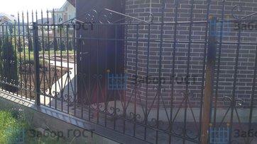 Красивый кованый забор для частного дома